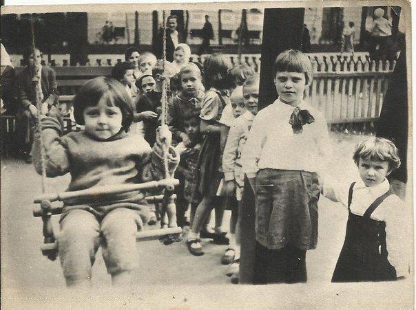 Москва, 1937 год. Очередь на качели,