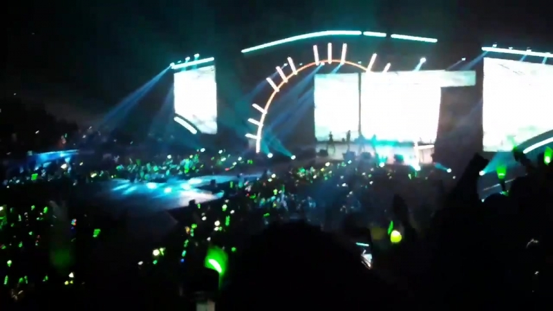 Why the fuck are they singing Black Pinks whistle at a got7s concert lmao
