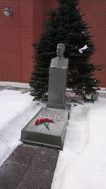 Обиженный Кровавым воскресеньем генерал революции. Гнал Врангеля из Крыма. Все военные заводы именовали в его честь.