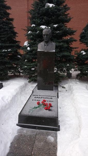 Поклонник Маяковского, поэт, пробник Путина. Стартовал всякие революционные процесс в хозяйстве СССР, но быстро-быстро умер.