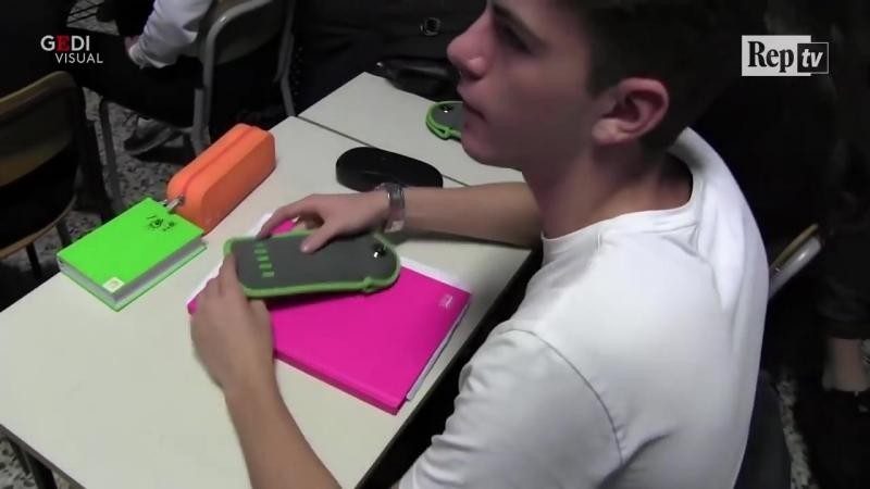 Piacenza, viaggio nella prima scuola italiana con la tecnologia anti cellulari