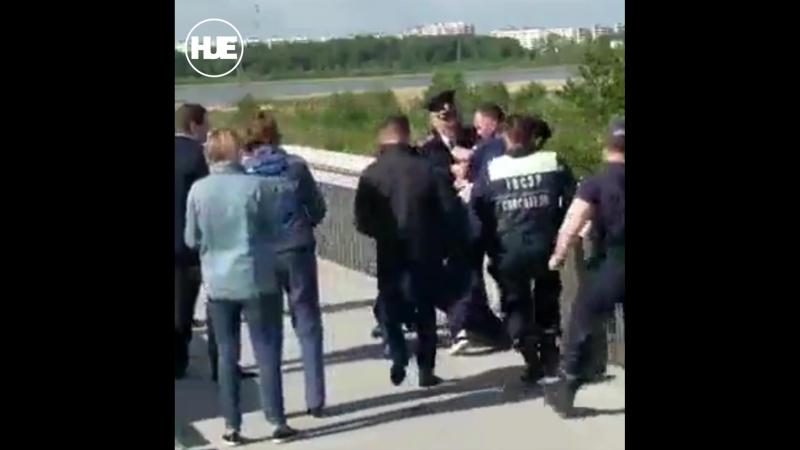 В Тюмени спасатели вытащили силой мужчину на краю моста