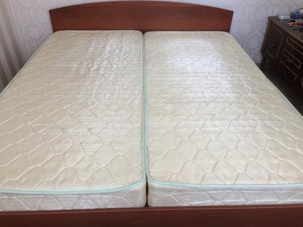 Кровать двуспальная с матрасами