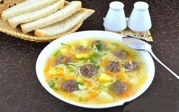 сытный суп с мясными фрикадельками ингредиенты: картофель — 500 г фарш (я использовала говяжий) — 300 г лук репчатый — 150 г морковь — 150 г мелкая вермишель — 50–100 г манка — 2 ст. л. лавровый