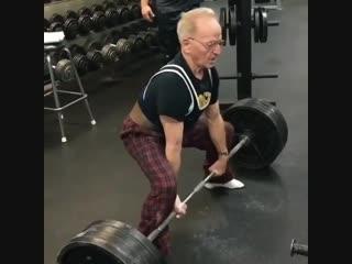 Дедушка 89 лет делает становую тягу 183 кг ltleirf 89 ktn ltkftn cnfyjde. nzue 183 ru