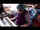 Бабушка играет на синтезаторе и красиво поёт - Восхищаюсь.mp4