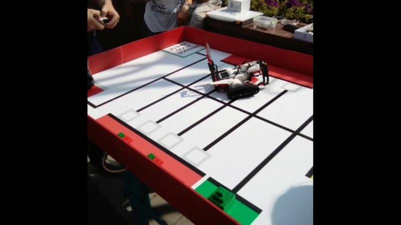 Робот на дистанционном управлении развозит яблочки в магазин