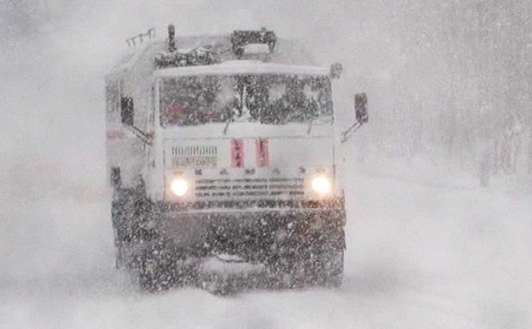 В Прикубанском районе люди попали в снежную ловушку