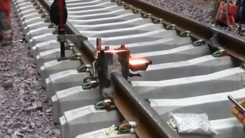 На железнодорожной части Крымского моста устанавливают бесстыковые рельсы. Технология.