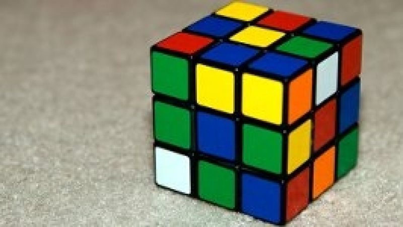 Кубик рубика собрал))
