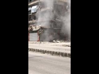 Алеппо. Один из жилых домов начинает рушится.