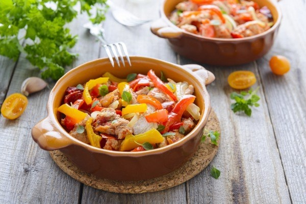 что приготовить на обед: топ-5 рецептов рагу рагу – блюдо из небольших кусочков вначале обжаренного, а затем тушеного мяса, рыбы, грибов или овощей. в итальянской кухне рагу — густой мясной соус для пасты. мясное рагу с овощами