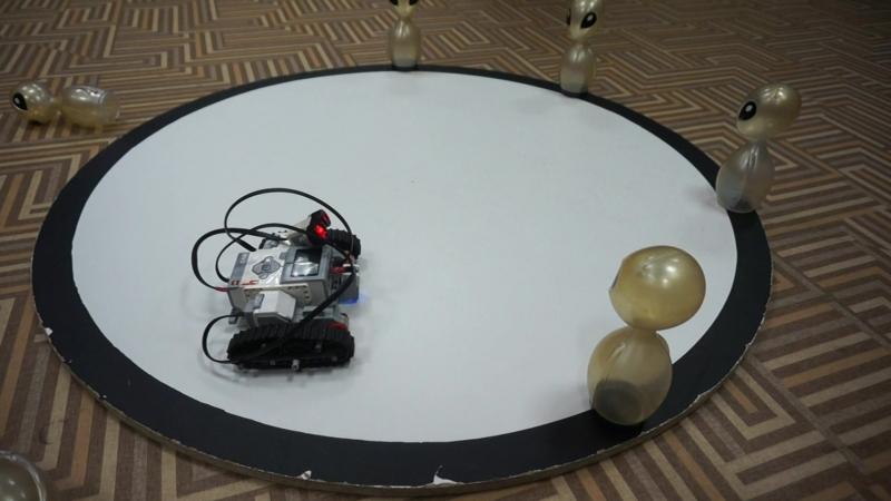 Ребята запрограммировали своего первого робота для кегельринга.