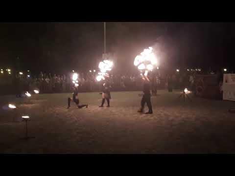 Шоу группа игры с огнём