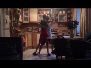 Танец именинника на кухне. Танго- рок-н-ролл.