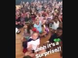 Дети в школе решили поздравить с Днем Рождения своего уборщика (6 sec)