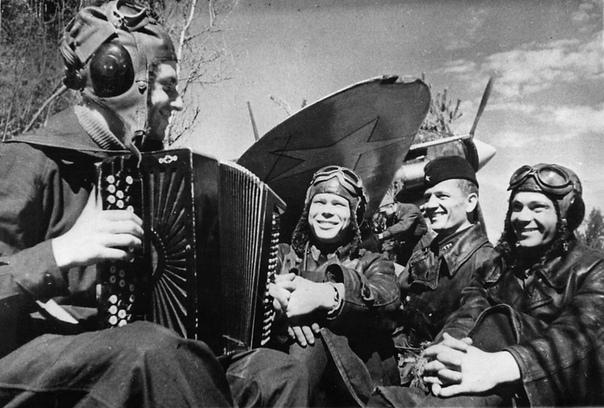 История создания военных песен. Часть 1. Песни военных лет по праву можно назвать музыкальной летописью Великой Отечественной войны. Они звучали буквально с первого и до последнего дня войны.