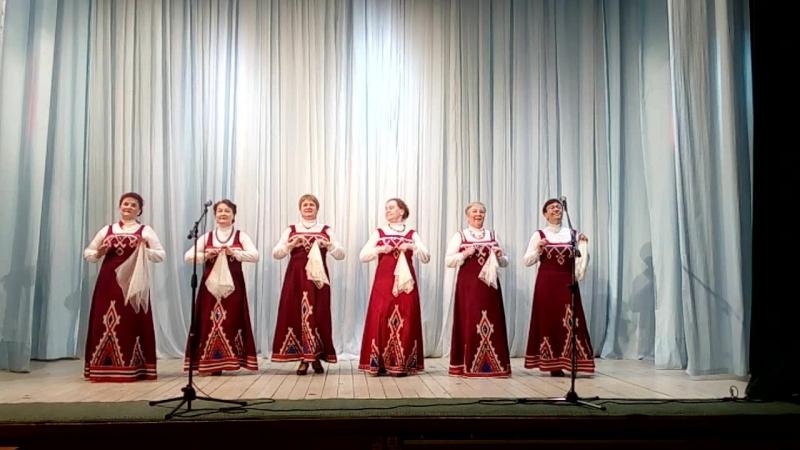 Топотушки в исполнении танцевального коллектива Шовк тугъяс на сцене ДК с.Усть-Вымь.