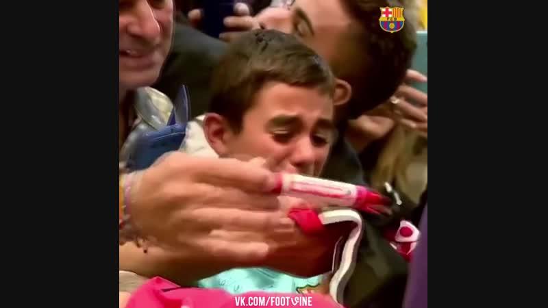 Мальчик заплакал увидев своего кумира