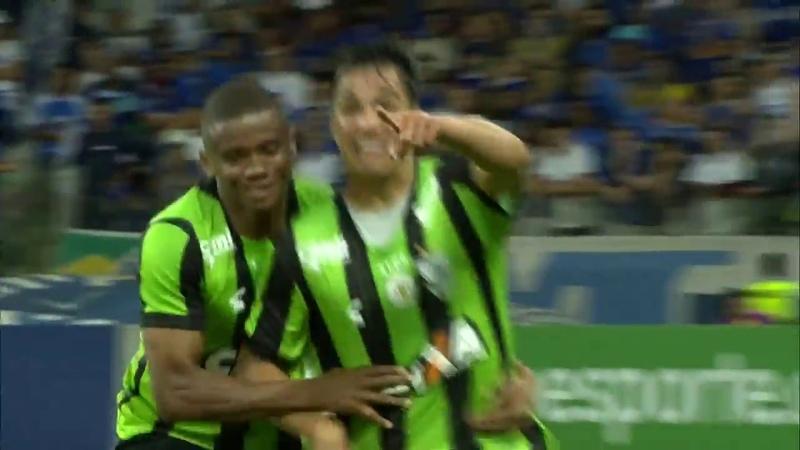 Escorregão bizarro de Dedé do Cruzeiro dá origem a gol do América-MG