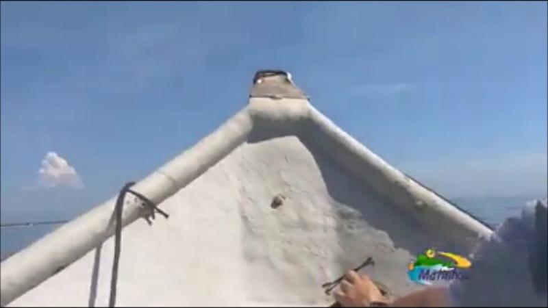 Pescadores e banhistas registram casa no meio do mar em Matinhos