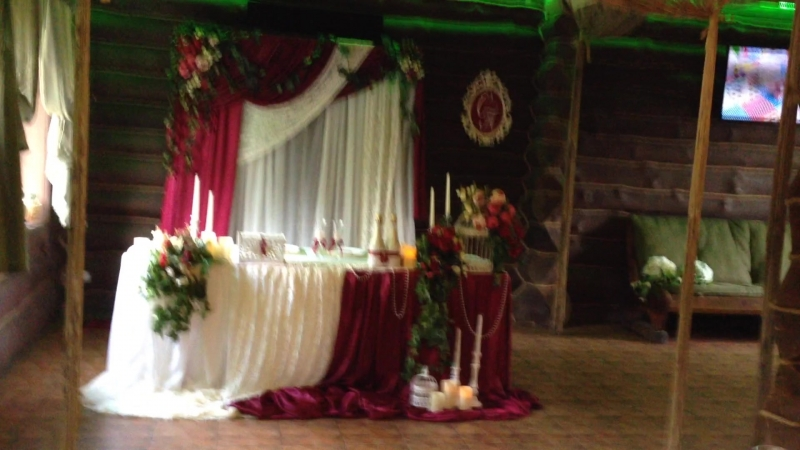 Свадебный президиум в цвете марсал.