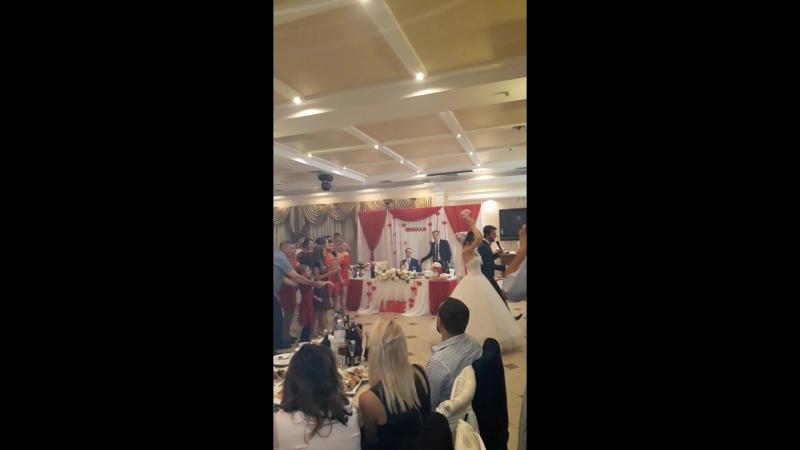 Свадьба.Невеста бросает букет.