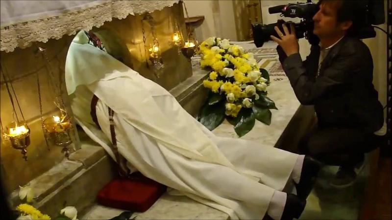 Извлечение миро из гробницы Св Николая Чудотворца 9 мая 2014 Бари Италия