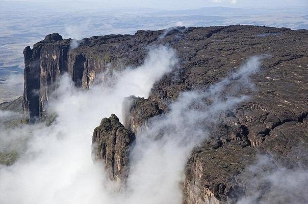Затерянный мир существует в реальности Тепуи это плоские столовые горы на Гвианском нагорье в Южной Америке, в частности, в Венесуэле. На языке народа пемон, который живет в Гран Сабана, слово