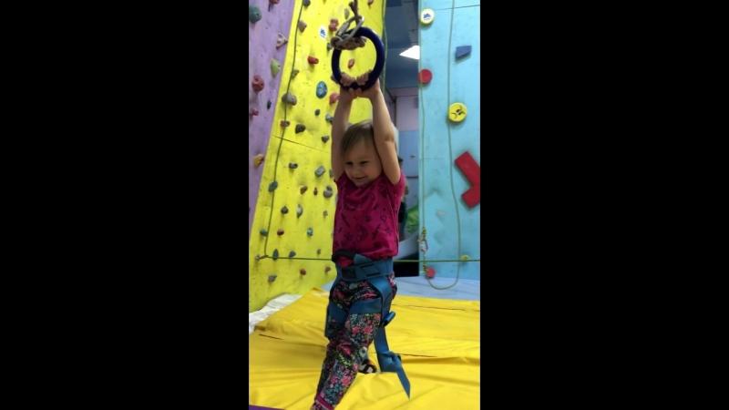 Илона - двухлетняя скалолазка хочулазать