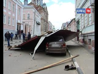 Унесённая ветром! Сильным порывом снесло часть крыши дома в старинной части города.