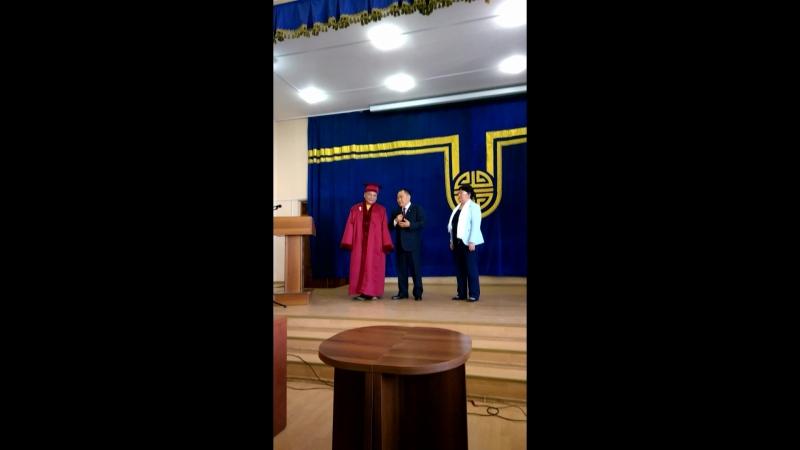 Досточтимому Учителю Геше Джампа Тинлею, духовному представителю ЕС Далай-Лама, вручают звание Почетный профессор Тувинского го