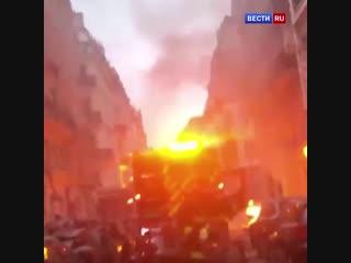Очевидцы сняли на видео последствия мощного взрыва, прогремевшего в IX округе Парижа.