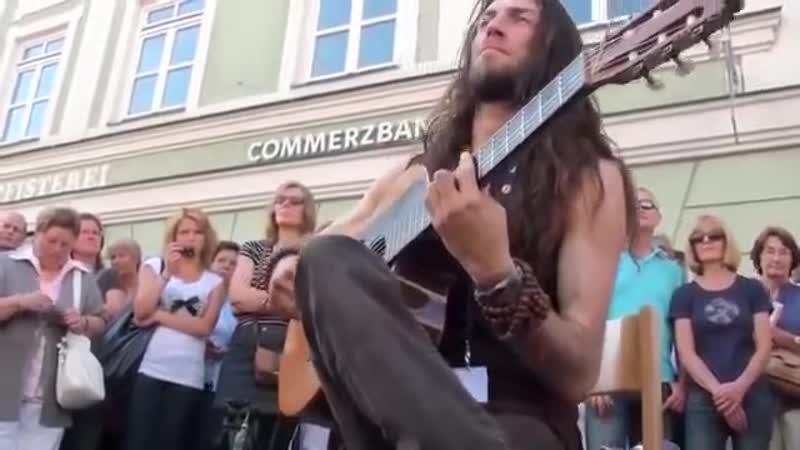 Sokakta Gitarı Ağlatan Adam