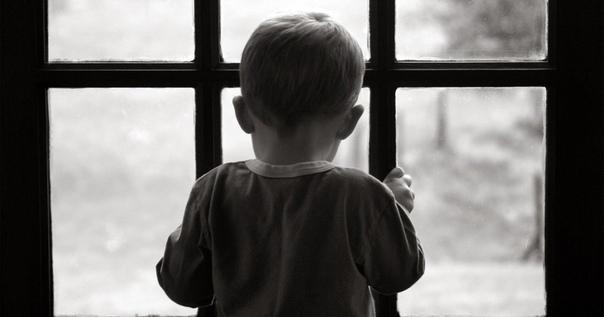 ЗА СТЕКЛОМ Виталя прижался носом к стеклу и пытался разглядеть сквозь дождевые змейки улицу. Окна детского дома с одной стороны выходили на проспект и именно эта сторона Виталина любимая. Здесь
