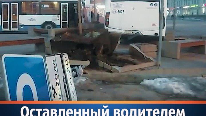 Врезавшийся в скамейку автобус в центре Ростова снял оператор «Блокнота»
