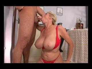 Зрелая баба трахает молодого парня, big huge milk tit best busty blond milf sex fuck young boy (инцест со зрелыми мамочками 18+)