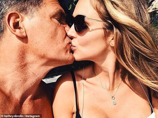 Джош Бролин стал отцом в третий раз У 50-летнего Джоша и его 30-летней супруги Кэтрин родилась дочь, которую назвали Вейстлин Рейн Бролин.У Бролина есть двое взрослых детей – 29-летний сын
