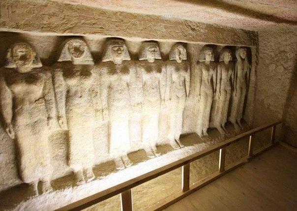 Тайны пирамиды Хефрена Высота этого сооружения составляет 136,5 метров. Её структура относительно проста - два входа, расположенных на северной стороне, и две камеры. Пирамида Хефрена была