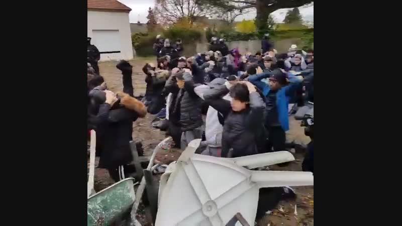 Во Франции полиция поставила школьников на колени