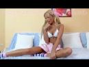 блондинка на диване / модели девочки малолетки школьницы девушки женщины мастурбация порно эротика секс