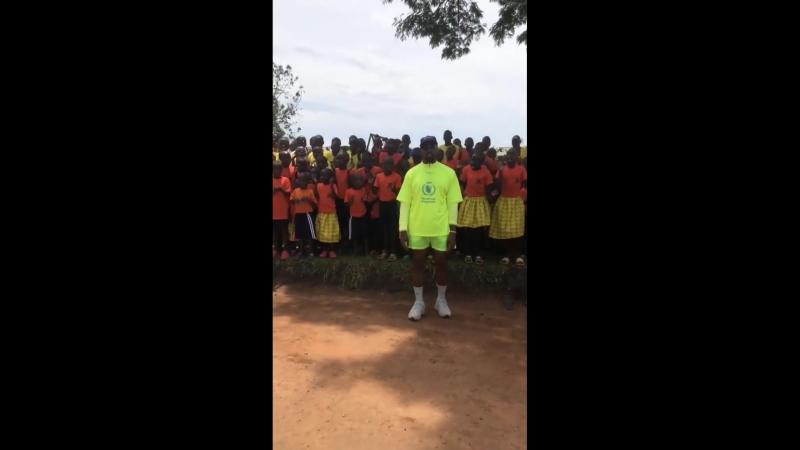 Канье Уэст с африканскими детьми в Уганде
