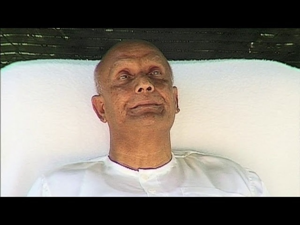 Sri Chinmoy meditates with Longest Song