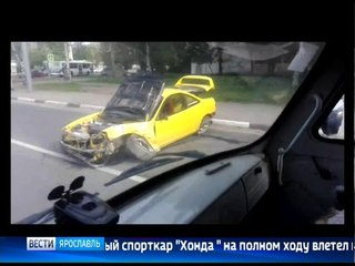В Ярославле спорткар на полном ходу врезался в столб