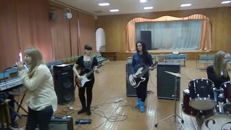Девочки лабают на гитарах кавер рок Зима (потолок ледяной)