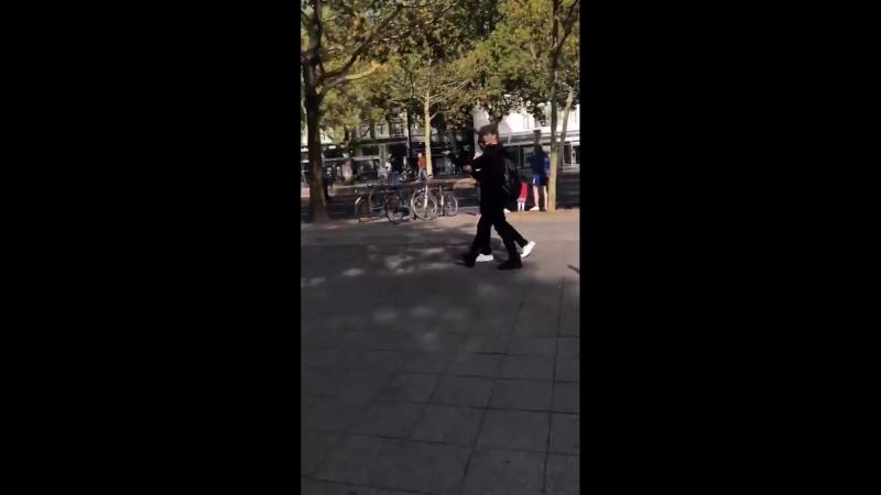 [фанкам] 180916 Бан Чан и Феликс, гуляющие по бульвару Курфюрстендамм в Берлине