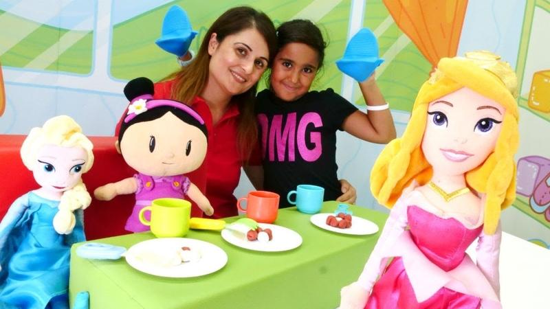 Elsa Aurora ve Şila çay partisine davetliler Evcilik oyunu