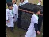 أطفال يتعلمون طريقة الحج في مدرسة