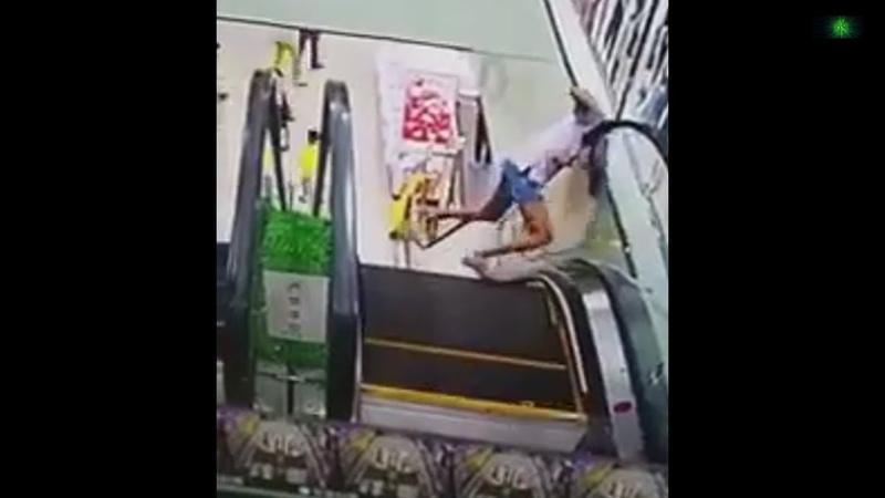 Девушке чуть не оторвало голову на эскалаторе в Китае