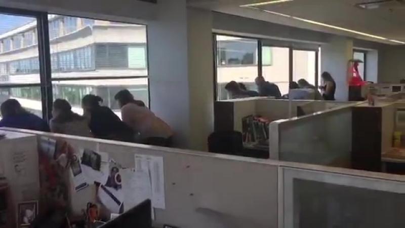No lugar deles, quem faria diferente Trabalhadores de um prédio vizinho do hotel Watergat